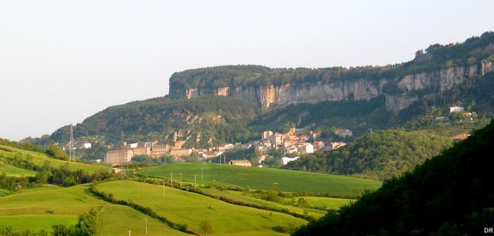 Le village de Roquefort au pied du Combalou