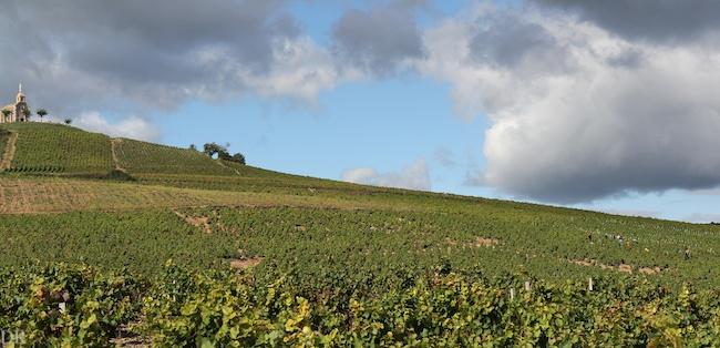 La chapelle de la Madone veille sur Fleurie et les vins du Beaujolais.