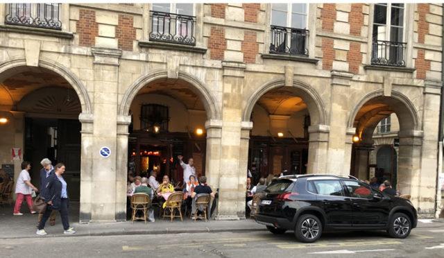 La terrasse du bistrot Ma Bourgogne sous les arcades de la place des Vosges