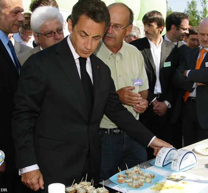 Nicolas Sarkozy lors d'une dégustation de fromages aveyronnais à l'occasion d'un déplacement dans le Carladez le 1er juillet 2010