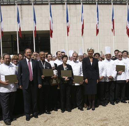 Le 28 avril 2009, Christine Lagarde et Hervé Novelli, après la signature du Contrat d'Avenir entourés de maîtres restaurateurs.