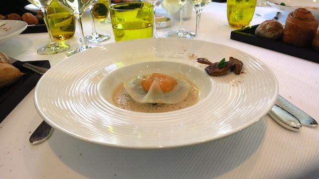 Raviole de jaune d'œuf, rissolée de champignons sylvestre, émulsion de cèpes secs