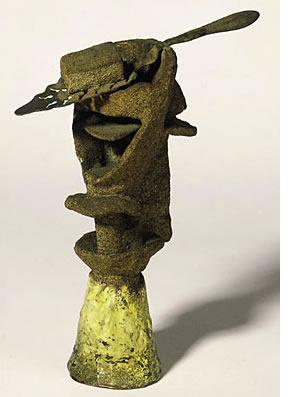 (Le Verre d'absinthe, printemps 1914, Paris Bronze peint et sable, cuillère à absinthe. 21,5 x 16,5 x 6,5 cm Donation Louise et Michel Leiris, 1984 - AM 1984-629 © Picasso Administration)