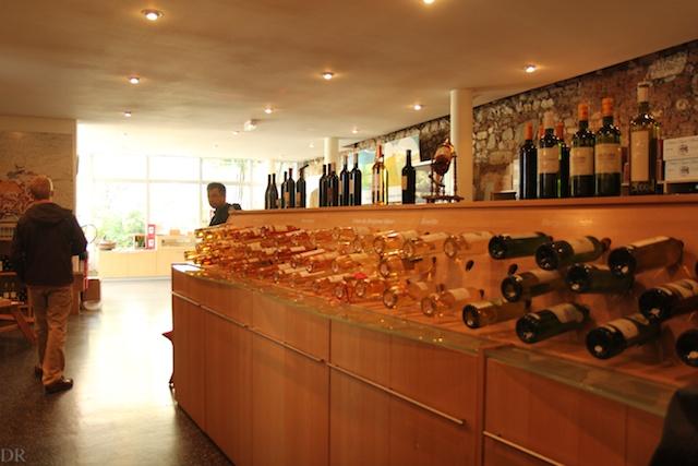 La Maison des Vins de Bergerac propose de jolies sélections que les touristes et résidents britanniques omniprésents n'oublient pas de déguster.