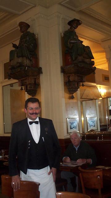 Raymond Costes devant les deux magots.