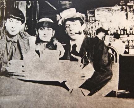 """Moïse Kisling, """"Pâquerette"""" et Pablo Picasso à la Rotonde en 1916, photographie de Jean Cocteau."""
