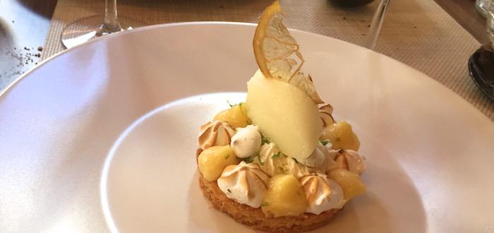 Sablé breton, crème au citron, meringue italienne et sèche aux poivres de Titmut, sorbet verveine et pastis Henri Bardouin.
