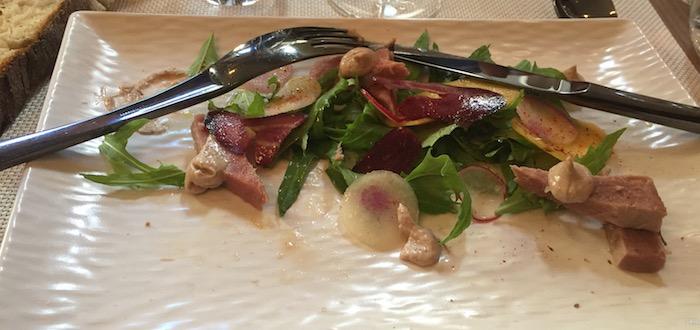 Pétales de thon rouge poché la badiane, salade de roquette copeaux de légumes et son anchoïade.
