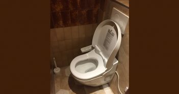C'est l'histoire de Toto qui rentre dans les toilettes du bistrot…